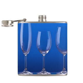 Copas de cristal con fondo azul luminoso petaca