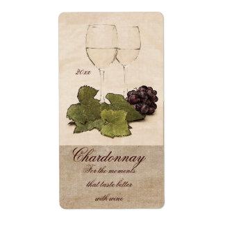copas de vino blancas con la etiqueta del vino de etiqueta de envío