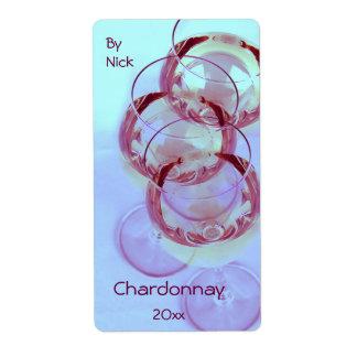 Copas de vino con el vino listo para la celebració etiqueta de envío