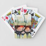 Copas de vino llenadas de la capilla del soporte baraja cartas de poker