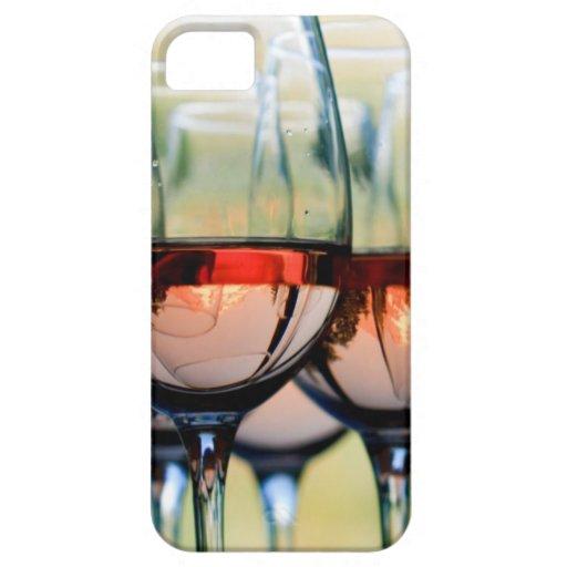 Copas de vino llenadas de la capilla del soporte iPhone 5 Case-Mate fundas