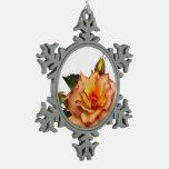 Copo de nieve anaranjado de los rosas adornos