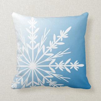 Copo de nieve blanco en la almohada azul