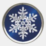 Copo de nieve cristalino de plata en el sello de l etiqueta