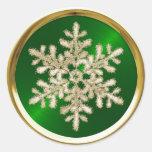 Copo de nieve cristalino del oro en el sello verde etiqueta