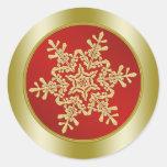 Copo de nieve de oro en navidad rojo etiquetas redondas