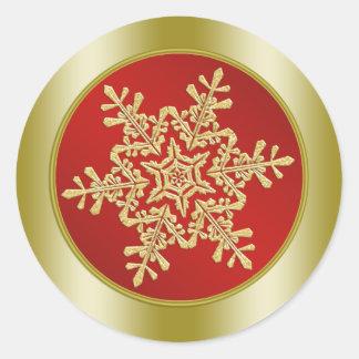 Copo de nieve de oro en navidad rojo pegatina redonda