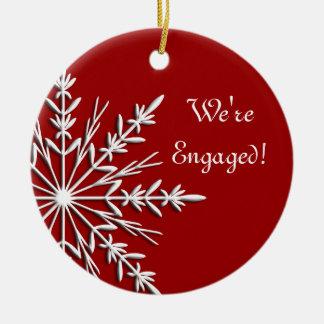 Copo de nieve en el ornamento rojo del compromiso adorno navideño redondo de cerámica
