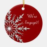 Copo de nieve en el ornamento rojo del compromiso ornamento para arbol de navidad