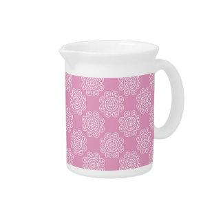 Copo de nieve en rosa jarra de beber