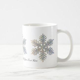 Copo de nieve reluciente impreso personalizable taza básica blanca