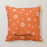 Copos de nieve anaranjados y blancos almohadas