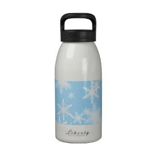 Copos de nieve blancos bonitos en un fondo azul cl botellas de beber