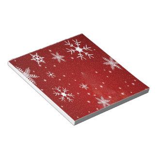 Copos de nieve blancos con el fondo rojo bloc de notas