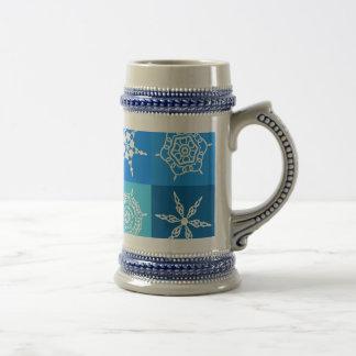 Copos de nieve blancos en cajas azules taza de café