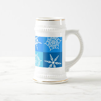 Copos de nieve blancos en cajas azules tazas de café