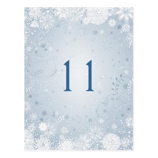 Copos de nieve blancos en el número azul de plata postal