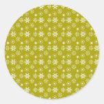 Copos de nieve blancos en el oro pegatina redonda