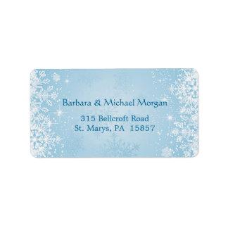 Copos de nieve blancos en etiqueta azul del remite etiquetas de dirección