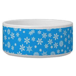 Copos de nieve blancos en fondo azul claro tazón para perro