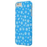 Copos de nieve blancos en fondo azul claro funda barely there iPhone 6 plus