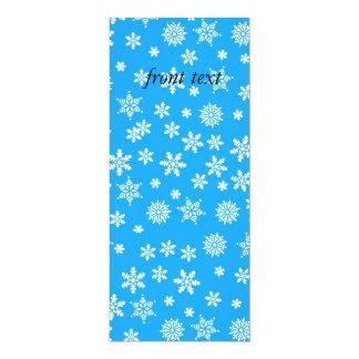 """Copos de nieve blancos en fondo azul claro invitación 4"""" x 9.25"""""""