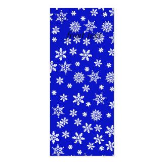 """Copos de nieve blancos en fondo azul invitación 4"""" x 9.25"""""""