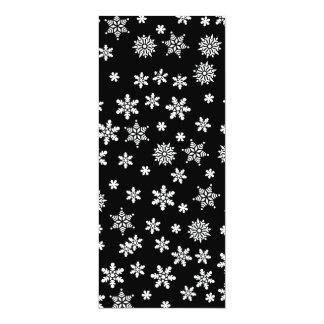 """Copos de nieve blancos en fondo negro invitación 4"""" x 9.25"""""""