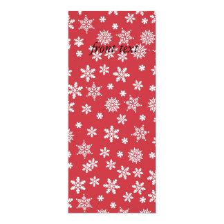 """Copos de nieve blancos en fondo rojo invitación 4"""" x 9.25"""""""