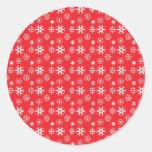 Copos de nieve blancos en rojo etiquetas redondas