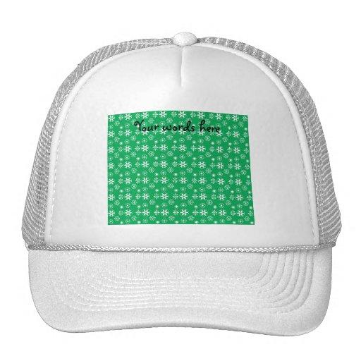Copos de nieve blancos en verde gorras