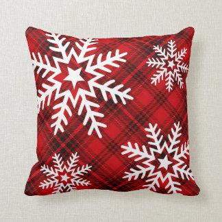Copos de nieve bonitos en rojo de la tela escocesa cojín