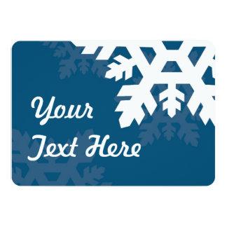 """Copos de nieve brillantes, blancos contra azul invitación 5"""" x 7"""""""