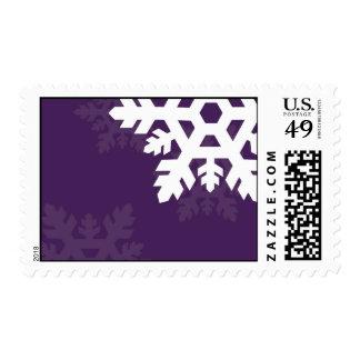 Copos de nieve brillantes, blancos contra púrpura timbres postales