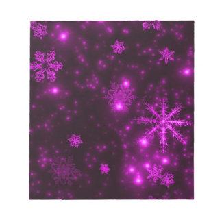 Copos de nieve con el fondo púrpura bloc de notas