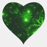 Copos de nieve con el fondo verde pegatina corazon personalizadas