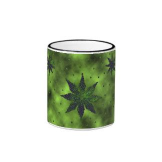 Copos de nieve cósmicos en verde brumoso tazas de café