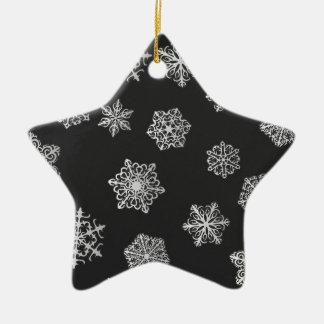 Copos de nieve de plata en un fondo negro adorno navideño de cerámica en forma de estrella