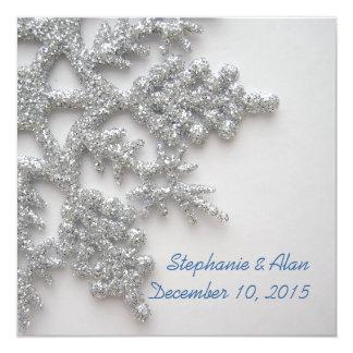 Copos de nieve de plata que casan la invitación