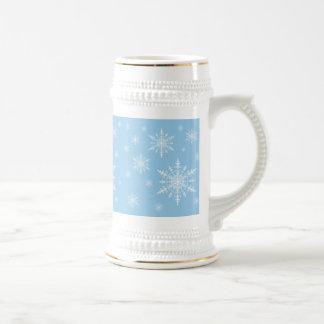 Copos de nieve del blanco puro en azul ligero del jarra de cerveza