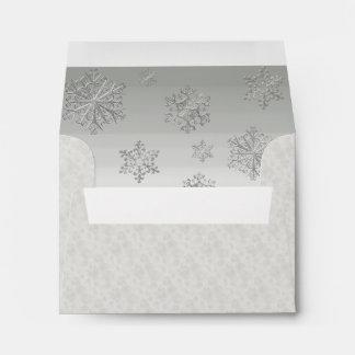 Copos de nieve del blanco puro que casan el sobre