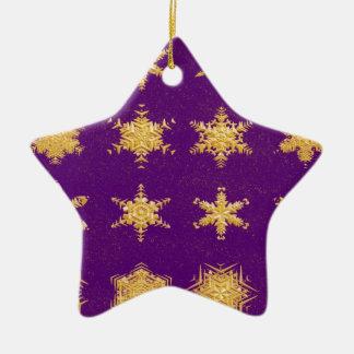 Copos de nieve en el ornamento de la estrella del adorno de reyes