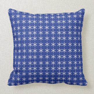 Copos de nieve en la almohada de tiro azul del