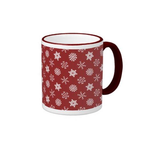 Copos de nieve en la taza roja del día de fiesta