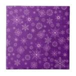 Copos de nieve en púrpura azulejos