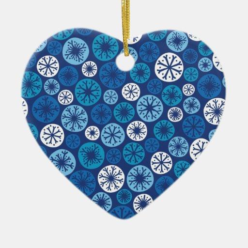 Copos de nieve festivos adorno navideño de cerámica en forma de corazón