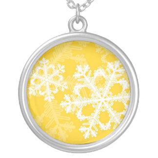Copos de nieve lindos del navidad amarillo y blanc colgante redondo