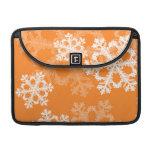 Copos de nieve lindos del navidad anaranjado y bla fundas para macbook pro