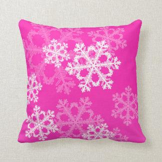 Copos de nieve lindos del navidad rosado y blanco almohada