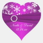 Copos de nieve púrpuras y blancos que casan al peg